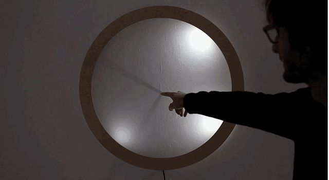 時計の針と文字盤はどこ? 指をかざせば時間がわかる壁時計