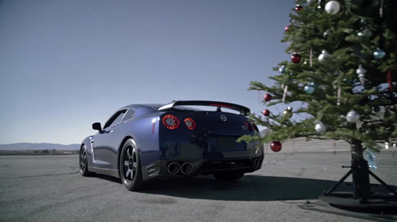 クリスマスツリーの片付けはGT-Rを使えば一瞬さ