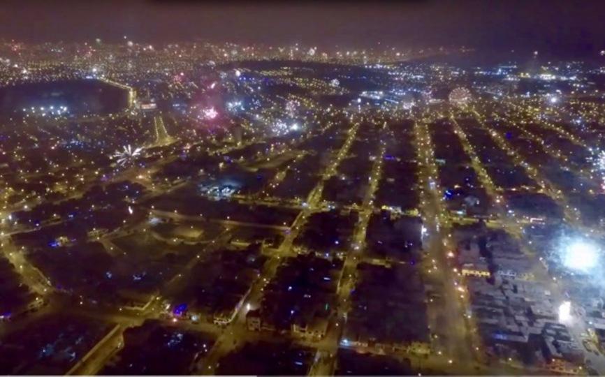 新年おめでとう。リマの町、打ち上げ花火のカーペット