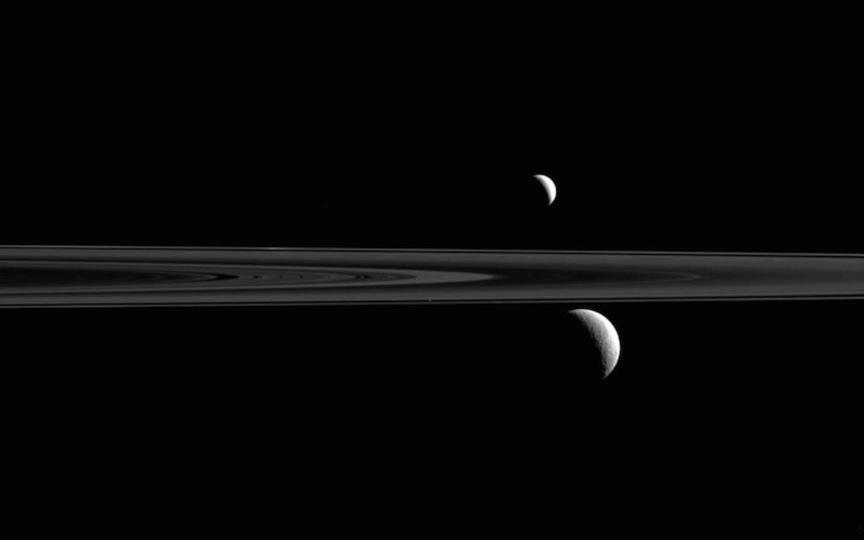 この土星の写真に、3つあるはずの衛星が...1つ足りない?