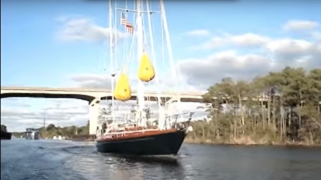 なぞなぞ: 高さ20mの橋の下を高さ25mのマスト付きボートが通過しました。どうやったでしょう