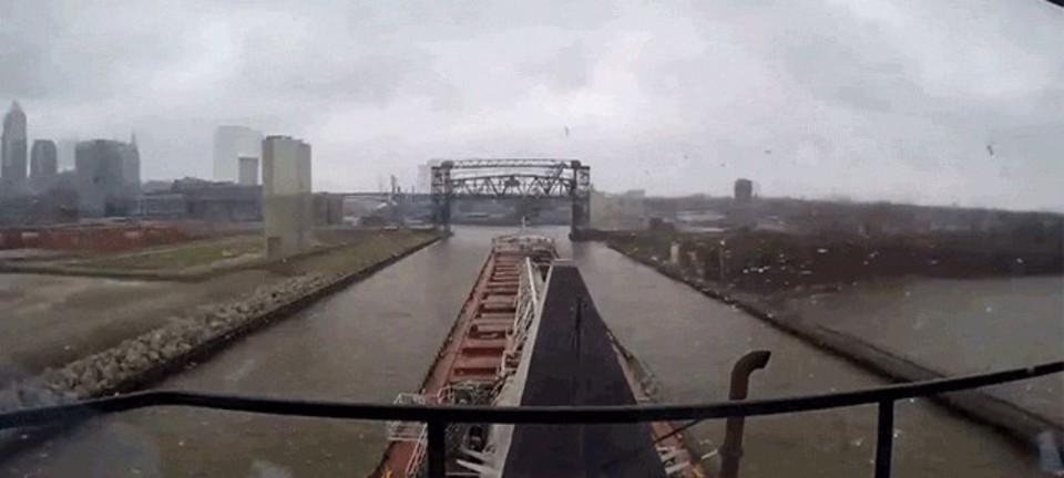長ーい船が細ーい川をくだる様子をタイムラプスでどうぞ