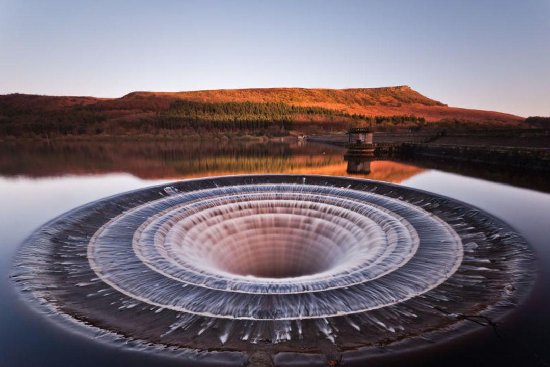 普段は大人しいけれど...? イギリスの貯水池にある、大きな大きな水の穴