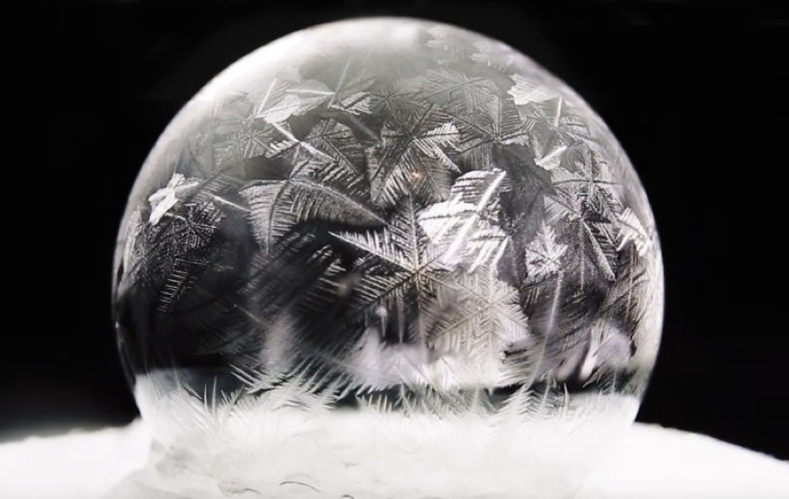 儚いシャボン玉、凍るとさらに美しい