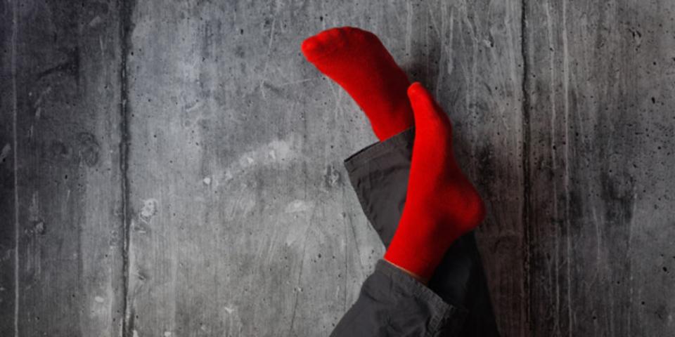 おしっこから電気を作る靴下が発明されました