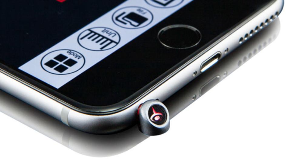 iPhoneで撮った写真で家具の寸法を測れるレーザーポインター・アクセサリ
