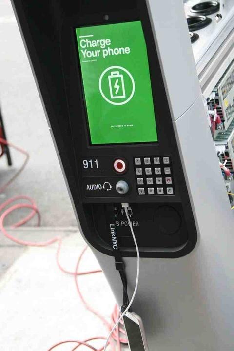 生まれ変わる公衆電話…無料充電、タブレットにWi-Fiスポット完備!