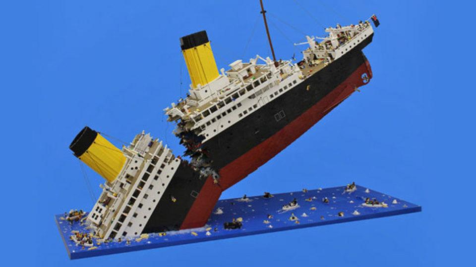 12万ピースで再現する悲劇。沈みゆくレゴのタイタニック