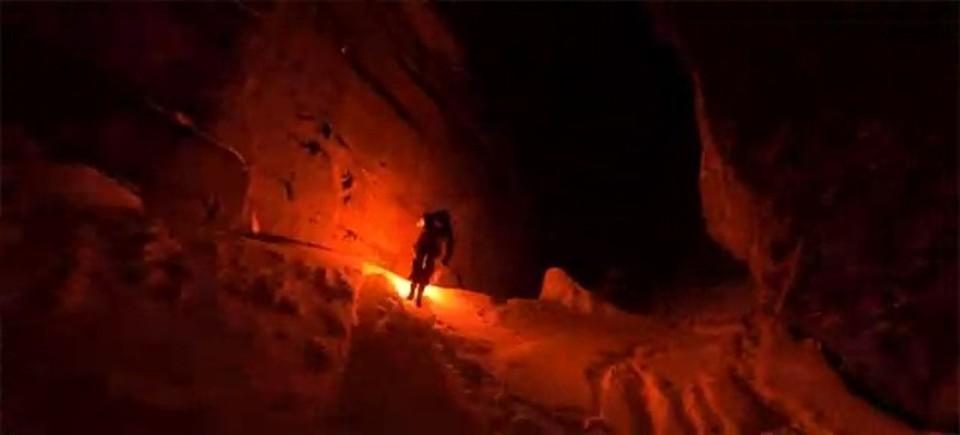 ぜんぶ、雪と炎のせいだ。スキー板から火花を散らして滑降する動画