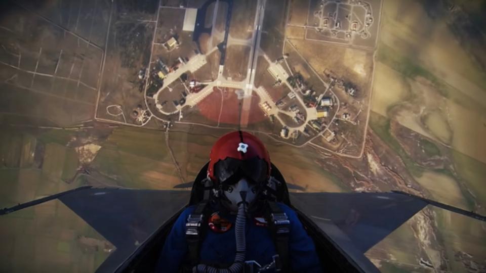 ほぼ垂直に上昇して雲の上へ突き出るF-16。コックピットから見た景色が感動的