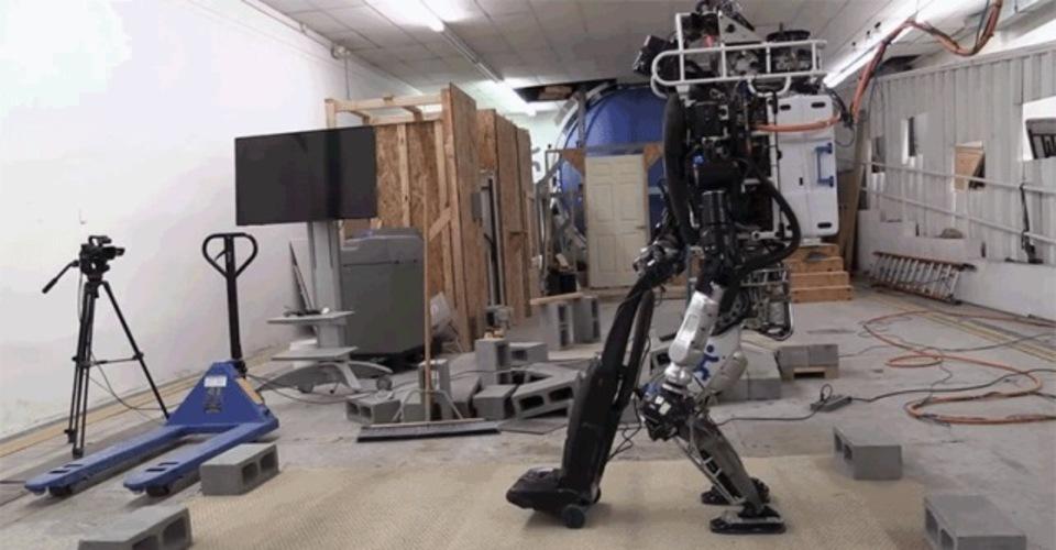 災害救助ロボットATLAS、掃除もこなす