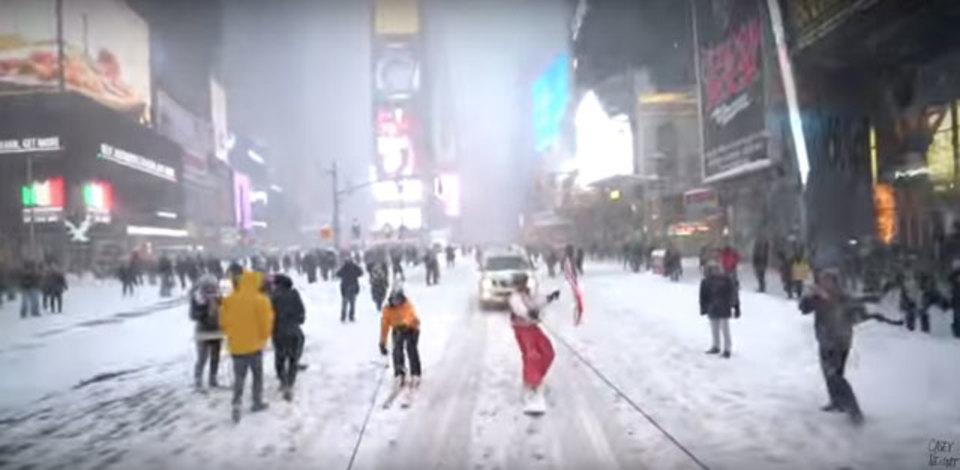 大雪のNY。スノボで街を駆け抜けて、警察激怒(追記あり)