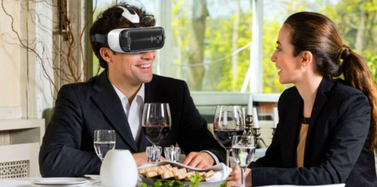 ちょっと複雑な気持ちになる...スマホを着用した未来の食事風景