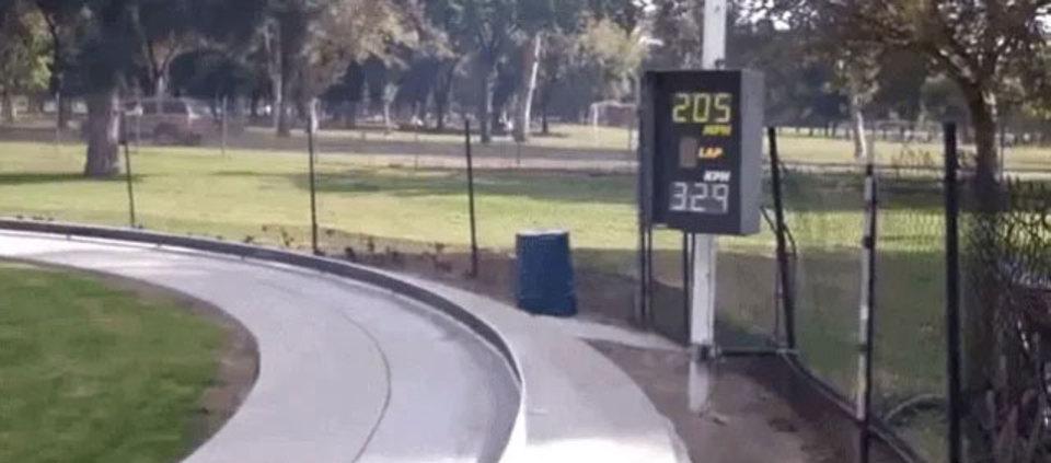 オモチャの枠を超えろ。時速329kmで走るミニカー