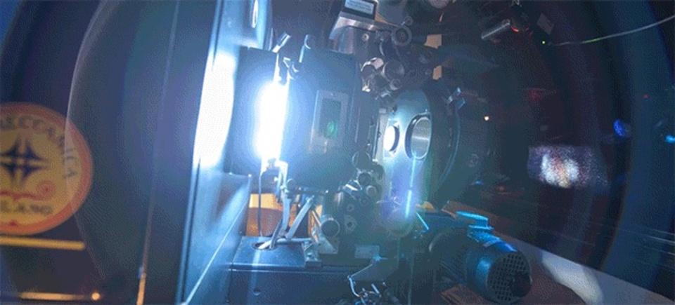 70mmフィルム映写機が動く姿を堪能してください。タランティーノ最新作「ヘイトフル・エイト」上映の裏側(動画あり)