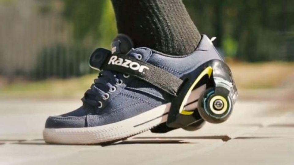 普通の靴に取り付ければローラーシューズに「Razor Jetts」