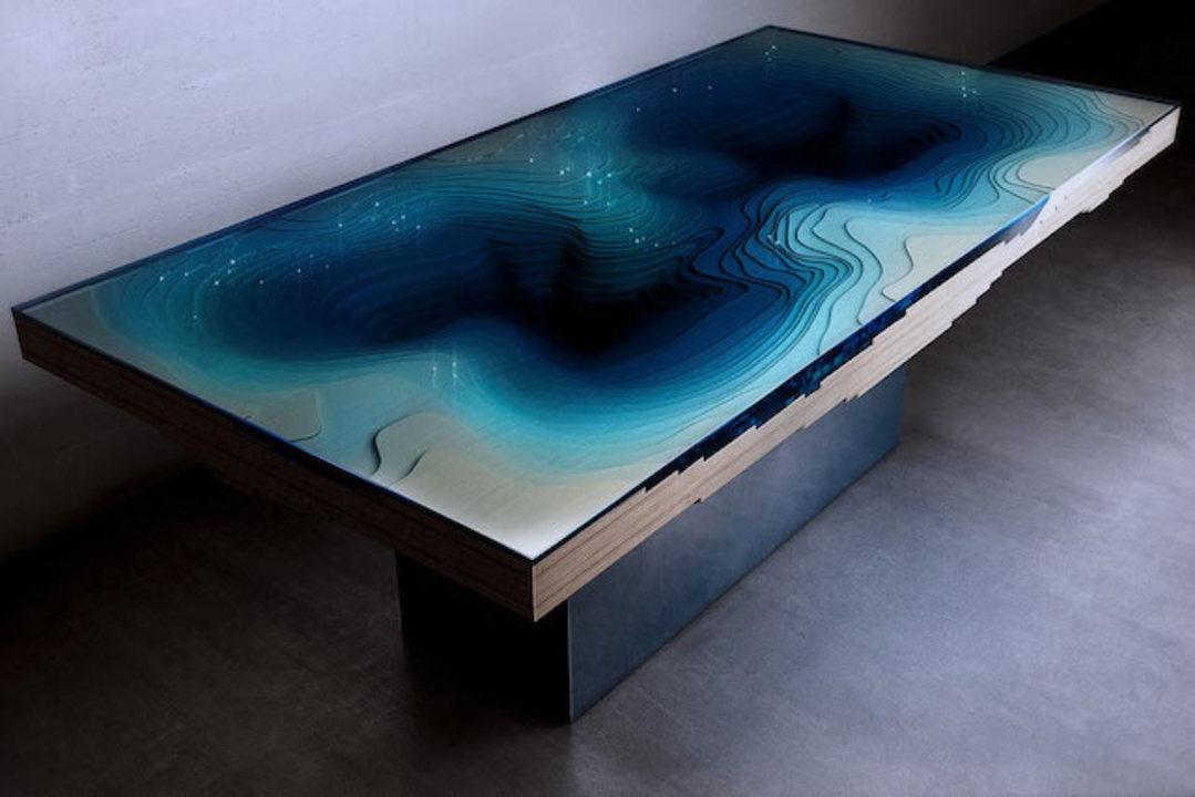 深海の深さが怖くなるダイニングテーブル