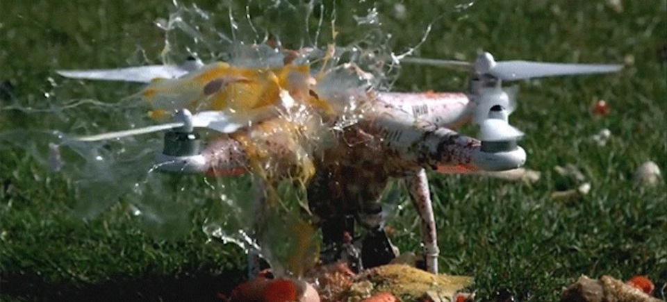 ドローンが食べものを華麗にグシャァッと切っていく動画
