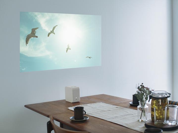 これさえあればどこでもホームシアター。ソニーの超短焦点プロジェクター、約9万円でついに発売