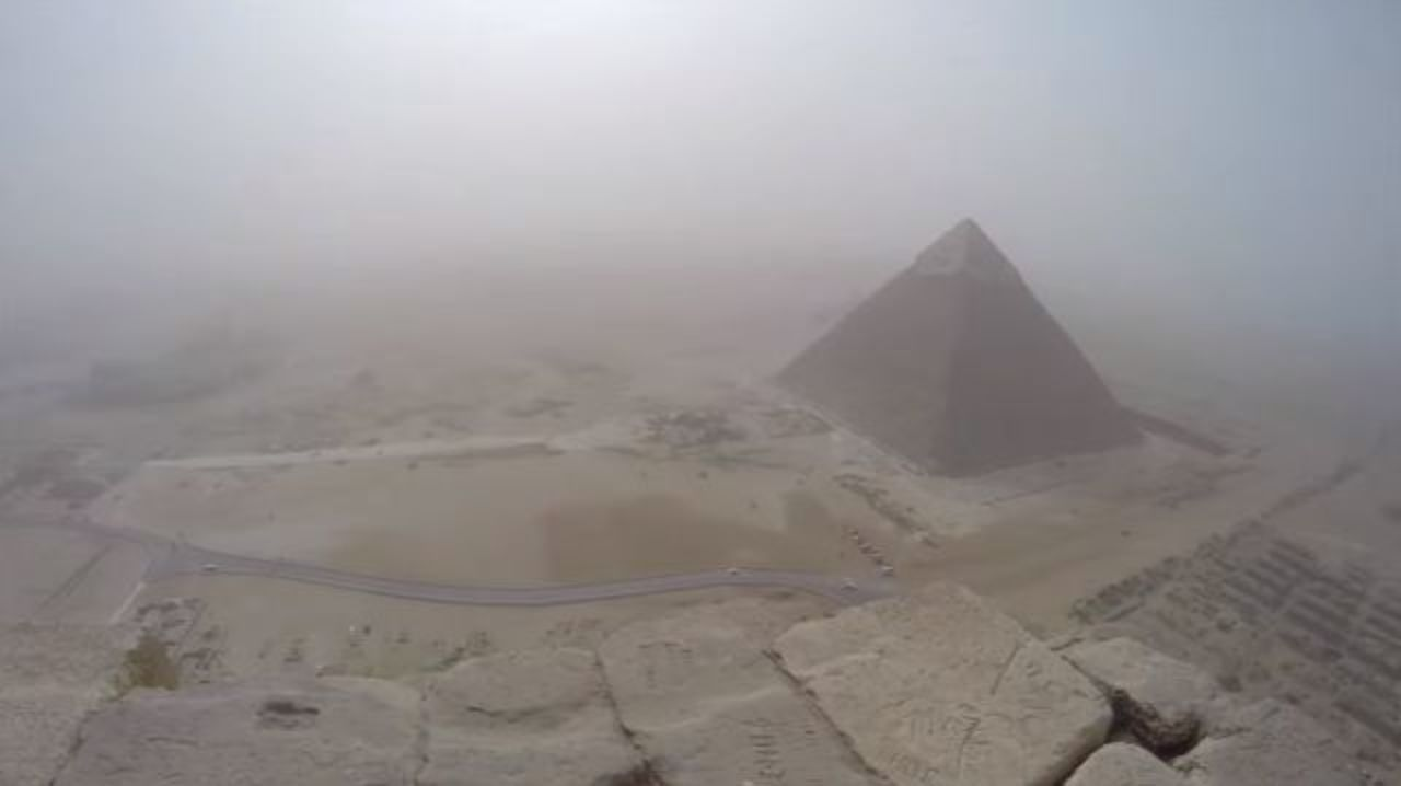 ギザのピラミッドに8分で登り詰め、景色を堪能。その後警察に捕まる