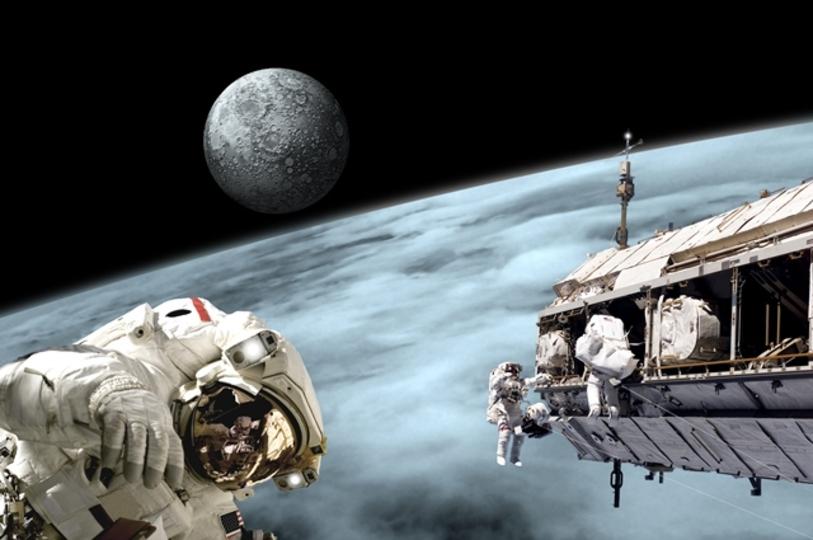 本日21:30から、宇宙遊泳が生中継されます