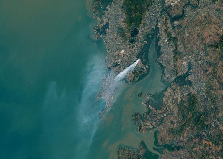 ムンバイのゴミが燃えている煙が大きすぎて、宇宙からも観測されちゃうレベル