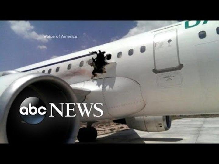 ソマリアで飛行機が爆発、穴が空いたけどなんとか着陸。機内の動画も