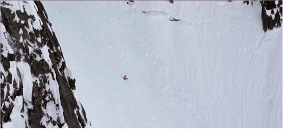 雪山の急斜面を転げ落ちたスキーヤーがなぜか無傷!