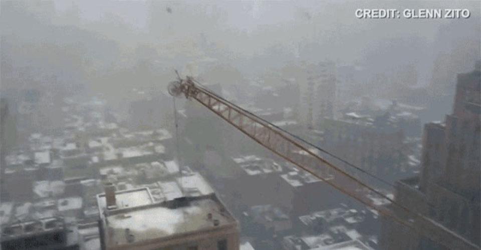 都会の悪夢。マンハッタンで巨大クレーンが転倒