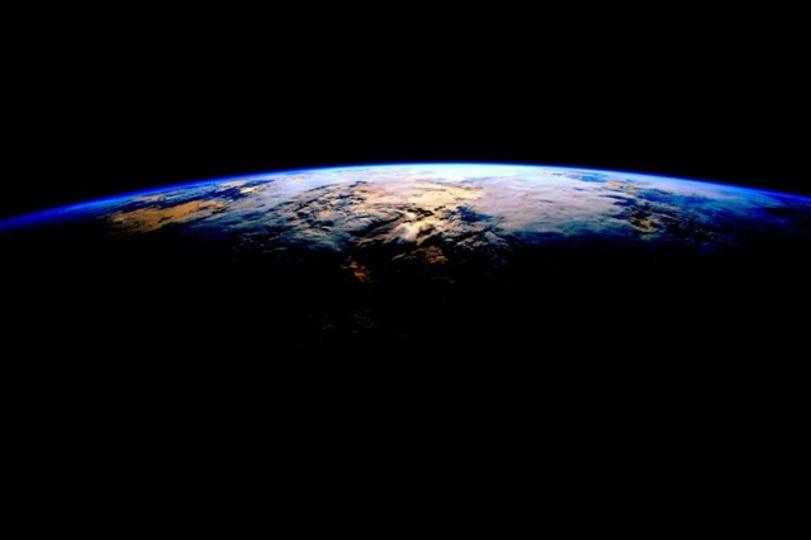 宇宙から撮影。光と影、昼と夜の競演が美しい写真