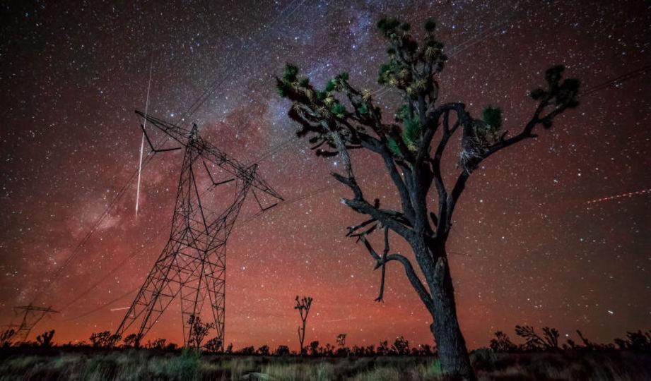息を呑む美しさ、隕石が降り注ぐ天体のタイムラプス