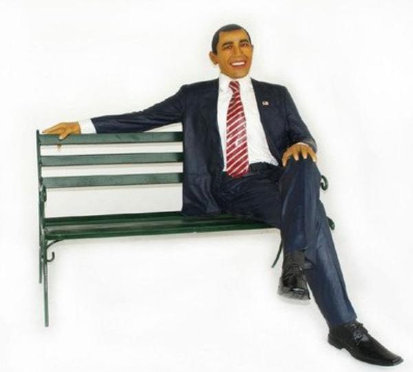 密かに人気!? オバマ米国大統領の等身大フィギュア付きベンチ
