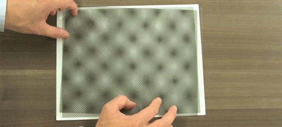 動く、動く、浮かび上がる。点の集合が映し出すモアレパターンの不思議な絵