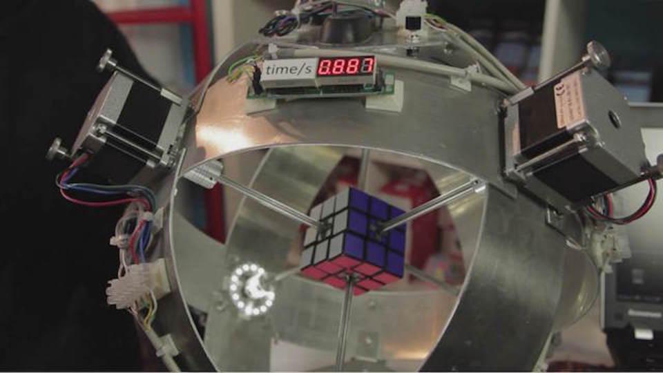 どっちが世界最速? ルービックキューブ・ロボの戦い