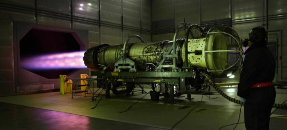 推力13,000kgfのジェットエンジンが放つ光。高速飛行を支えるパワー