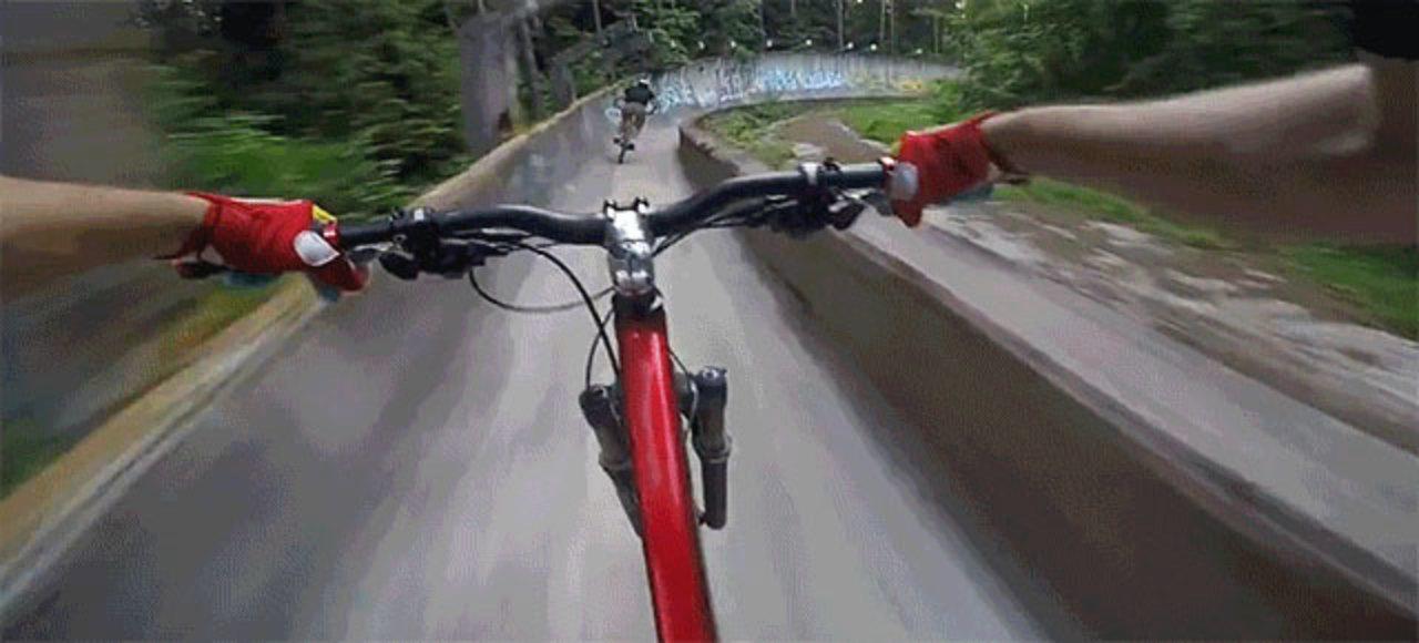 ボブスレーのコースを自転車で走...