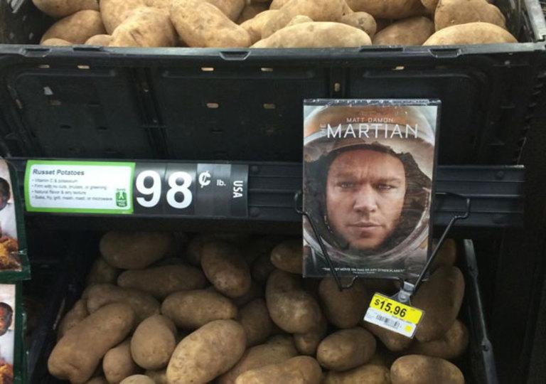 映画「オデッセイ」のDVD、ジャガイモの横で売られる