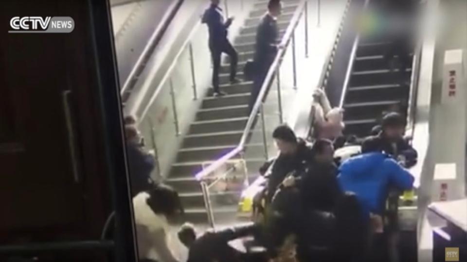 中国のエスカレーター、逆向きに動いて人間雪崩を起こす(動画あり)