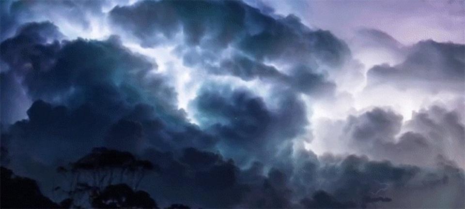 禍々しい雷雲の様子をタイムラプスで