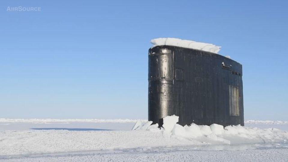 北極海のブ厚い氷を割って浮上するロサンゼルス級原子力潜水艦