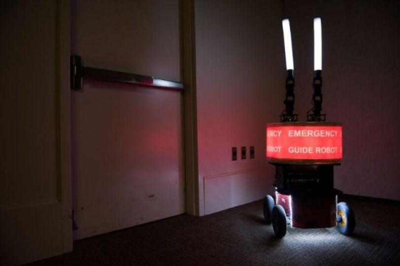 火事のときロボットに「こっちこっち!」って言われたら、ついていく?