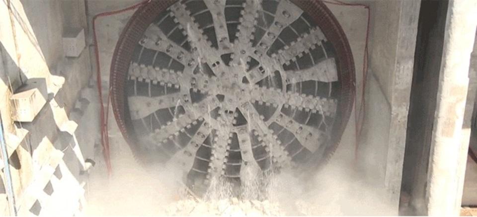 でっかいドリルでスコンっ。トンネル開通の瞬間の動画