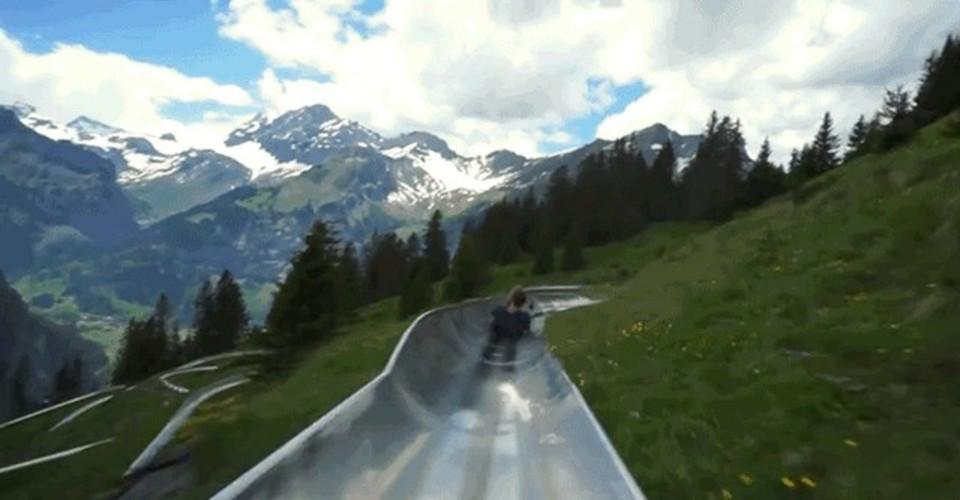 なんという爽快さ! スイスの大自然に囲まれた、超巨大滑り台