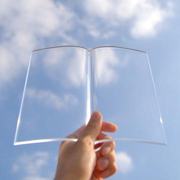 読むのを中断した本を粋なインテリアに変える透明な本