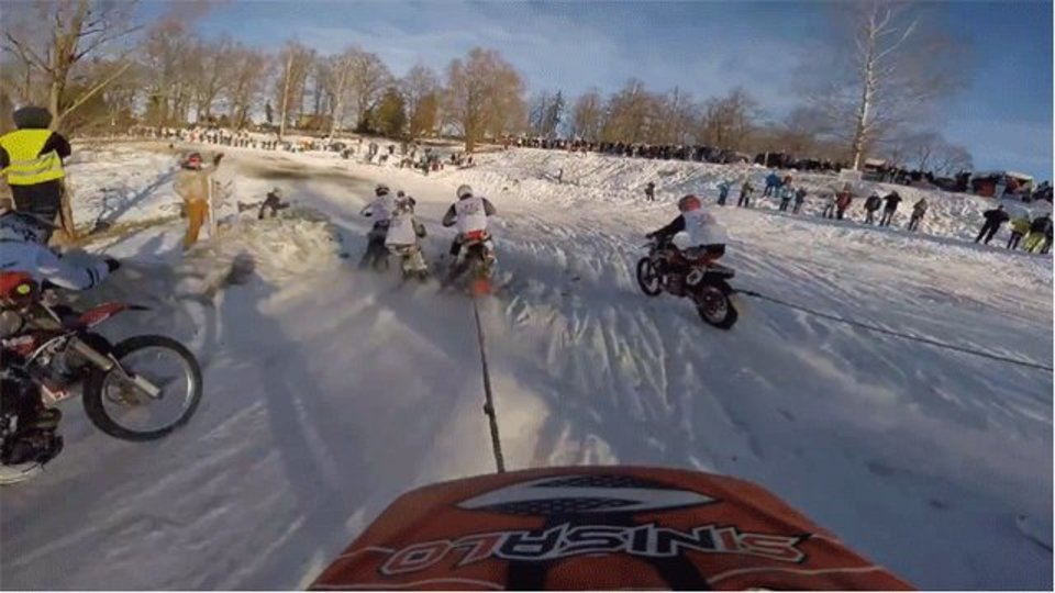 スキーをバイクで引っ張る最高にスリリングなスキージョーリングとは