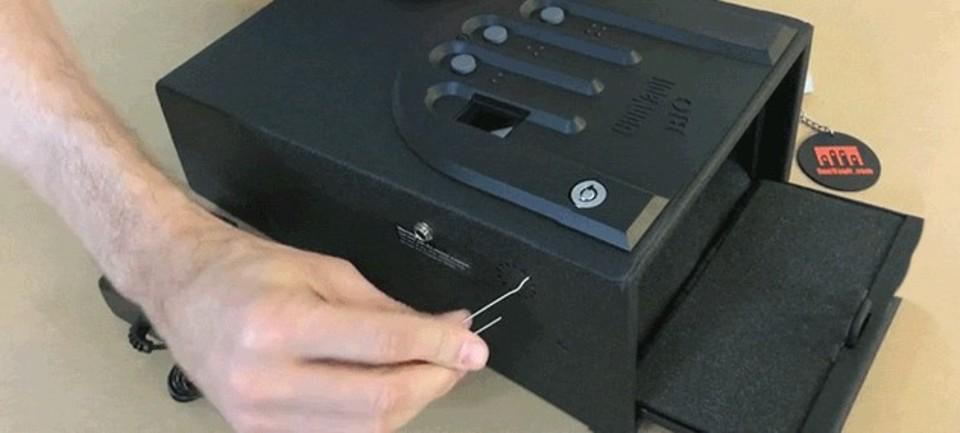 カリフォルニア司法省お墨付きの指紋認証金庫、ハリガネ1本であっさり開く
