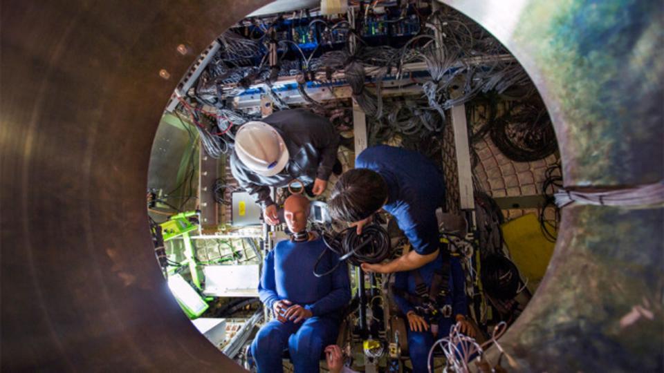 有人ミッション用の宇宙船オリオン、ダミー人形さんが緊張の面持ちでテスト中
