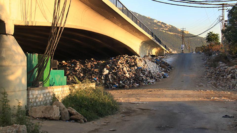 ゴミの川が流れるレバノン