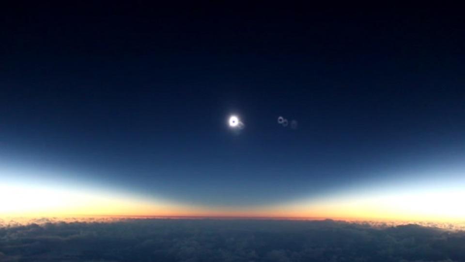 まさにファンタジー。飛行機の上から見た日食を捉えた動画