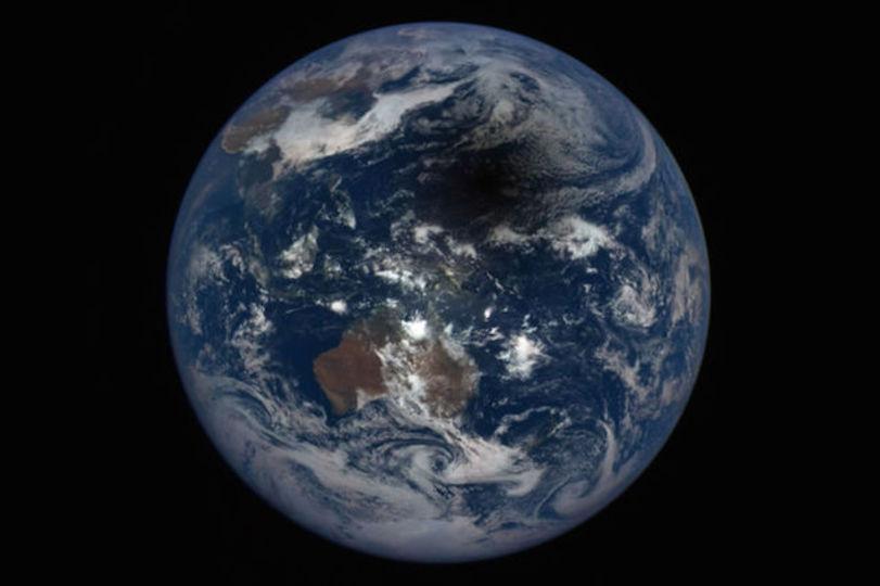 日食の面白い見方:地球に青タンできてて痛そう!